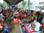 korban-banjir-mengungsi-di-halte-transjakarta_20200103_163806.jpg