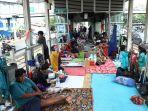 korban-banjir-mengungsi-di-halte-transjakarta_20200103_164543.jpg