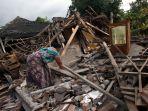 korban-gempa-mengais-barang-berharga-di-reruntuhan-rumahnya_20180808_223122.jpg