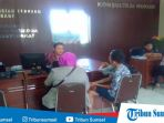 korban-saat-ditemani-ibunya-melapor-ke-polresta-palembang-kamis-7122017_20171207_170242.jpg
