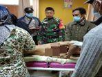 korban-terkaman-harimau-yang-meregang-nyawa-ketika-diperiksa-oleh-tim-medis-setempat.jpg