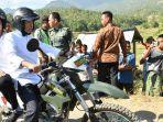 kunjungi-korban-gempa-lombok-jokowi-bonceng-tgb-menggunakan-motor-trail_20180814_203856.jpg