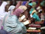 lakukan-itikaf-sambil-baca-al-quran-di-mesjid-raya-habiburrahman_20160628_131524.jpg