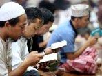 lakukan-itikaf-sambil-baca-al-quran-di-mesjid-raya-habiburrahman_20160628_131608.jpg