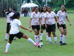 latihan-perdana-timnas-wanita-indonesia_20210308_202737.jpg