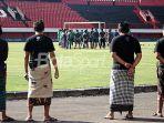 latihan-timnas-u-23-indonesia-dijaga-pecalang_20180724_232055.jpg