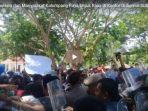 mahasiswa-dan-masyarakat-kalumpang-raya-unjuk-rasa-di-kantor-gubernur-sulbar_20180926_133350.jpg