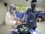 mahasiswa-disabilitas-belajar-membuat-telor-asin_20201203_193129.jpg