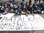 mahasiswa-unpad-geruduk-dprd-jabar-minta-omnibus-law-dibatalkan_20201021_000423.jpg