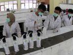 mahasiswa-unri-produksi-hand-sanitizer-untuk-cegah-covid-19_20200320_173503.jpg