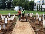 makam-khusus-covid-19-di-tpu-bambu-apus-penuh_20210304_200033.jpg