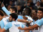 mario-balotelli-merayakan-gol-dengan-rekan-rekannya.jpg