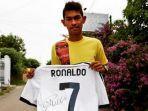 martunis-saat-memegang-jersey-dari-ronaldo-2.jpg