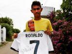 martunis-saat-memegang-jersey-dari-ronaldo.jpg