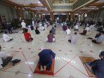 masjid-agung-al-barkah-kota-bekasi-kembali-laksanakan-salat-jumat_20200529_174208.jpg