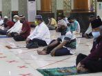masjid-agung-al-barkah-kota-bekasi-kembali-laksanakan-salat-jumat_20200529_174621.jpg
