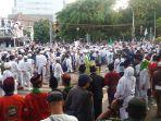 massa-aksi-yang-tergabung-dalam-aksi-bela-muslim-rohingya_20170906_181746.jpg