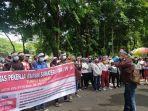 massa-dari-solidaritas-pekerja-buruh-sumatera-utara-spb-su-g.jpg