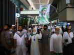 massa-fpi-penuhi-bandara-soetta-sambut-kedatangan-habib-rizieq-shihab_20201110_120747.jpg