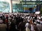 massa-fpi-penuhi-bandara-soetta-sambut-kedatangan-habib-rizieq-shihab_20201110_121000.jpg