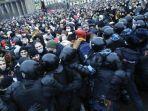 massa-pro-alexei-navalny-bentrok-dengan-polisi-di-saint-petersburg-rusia-pada-sa.jpg