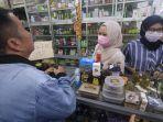 masyarakat-membeli-masker-dan-cairan-disinfektan_20200305_151408.jpg
