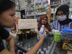masyarakat-membeli-masker-dan-cairan-disinfektan_20200305_151649.jpg