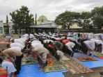 masyarakat-muslim-sholat-idul-adha-di-bandara-aceh_20190812_123835.jpg