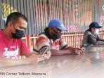 masyarakat-papua-mengakses-internet-di-wifi-corner.jpg