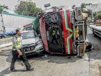 melakukan-olah-tkp-kecelakaan-di-jalan-raya-tugu-km-9-depan-smp_20170803_140635.jpg