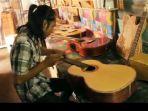 melihat-usaha-kerajinan-gitar-klasik-milik-irawan_20161128_151901.jpg