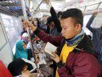 membaca-al-quran-di-kereta-commuterline_20180608_135232.jpg
