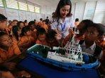 memberikan-motivasi-kepada-siswa-nelayan_20150601_142018.jpg
