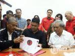 menantu-presiden-joko-widodo-bobby-nasution-tengah-menandatangani-berkas.jpg