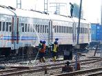 mencuci-gerbong-kereta-di-stasiun-tawang_20180612_160226.jpg