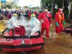 Petugas Evakuasi Pasien Covid-19 yang Terjebak Banjir 2 Meter Saat Isolasi Mandiri di Jatinegara