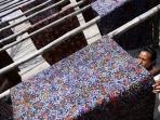 menjemur-kain-batik-yang-selesai-diproses_20150713_091501.jpg