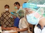 menkes-kunjungi-suntik-vaksin-covid-19-lansia-di-lippo-mall-puri_20210311_132453.jpg