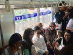 menteri-bumn-rini-soemarno-berswafoto-dengan-pengguna-commuter-line.jpg