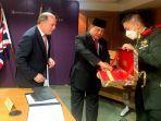 Prabowo Subianto Berikan Souvenir Keris Bali Kepada Menhan Inggris Saat Lawatan ke London