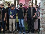 Saat 'Mahasiswa' Sekolah Tinggi Ilmu Beruk Beraksi Memetik Kelapa di Depan Menteri Sandiaga