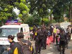mobil-ambulans-membawa-pasien-saat-melintas-di-pos-penutupan-11.jpg