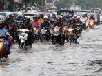 mobil-dan-motor-terobos-banjir-cileuncang_20150510_203718.jpg