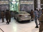 Video Detik-detik Sedan Terobos Kompleks Masjidil Haram Sampai Tabrak Gerbang, Kap Mobil Remuk