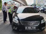 mobil-sedan-warna-hitam-ditahan-kepolisian.jpg
