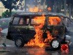 mobil-terbakar-di-samping-mabes-polri_20150204_164955.jpg