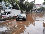mobil-terendam-banjir-di-buncin-raya-jakarta_20210222_114420.jpg