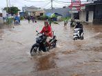 mobil-terobos-banjir-genangan-kali-ledug-tangerang_20210203_174905.jpg