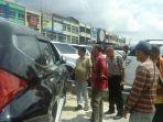 mobil-yang-diparkir-di-kedai-kopi-di-jalan-soekarno-hatta-pekanb_20171027_171250.jpg