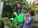 mom-and-kids-mengajarkan-anak-berkebun_20200307_171327.jpg